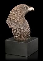Adler Kopf auf schwarzen Monolith