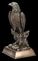 Adler Figur sitzend auf Ast