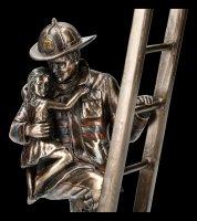 Feuerwehrmann Figur rettet Kind