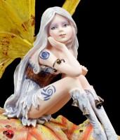 Elfen Figur auf Herbstblättern
