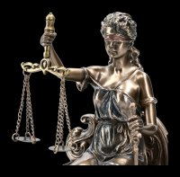 Sitzende Justitia Figur auf Thron