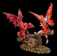 Elfen Figur auf Wippe mit roten Drachen