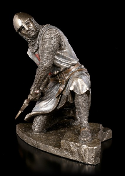 Crusader Figurine swings War Axe