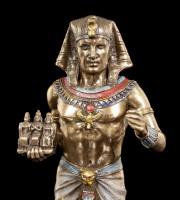 Ägyptische Pharao Figur mit drei Königen