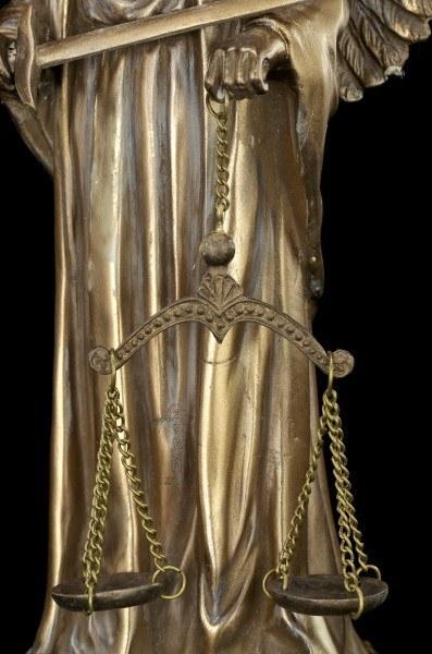 Themis Figur mit Engelsflügeln