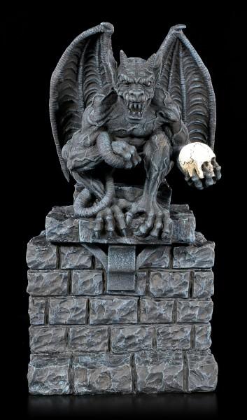 Gargoyle Figur mit Totenkopf auf Steinmauer