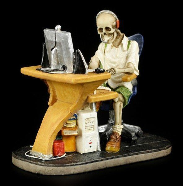 Skelett Figur am PC - Surfed too long