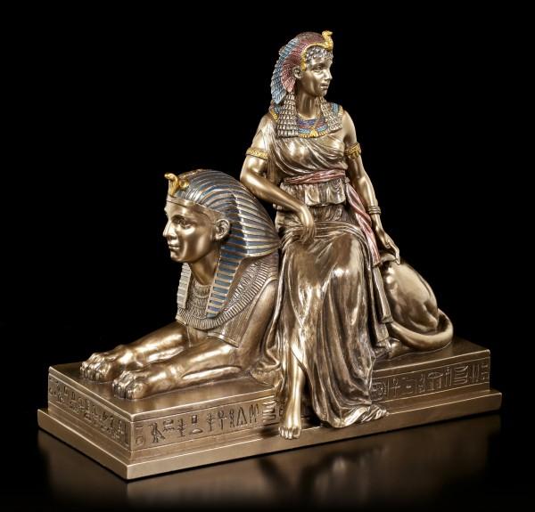 Kleopatra Figur sitzend auf Sphinx