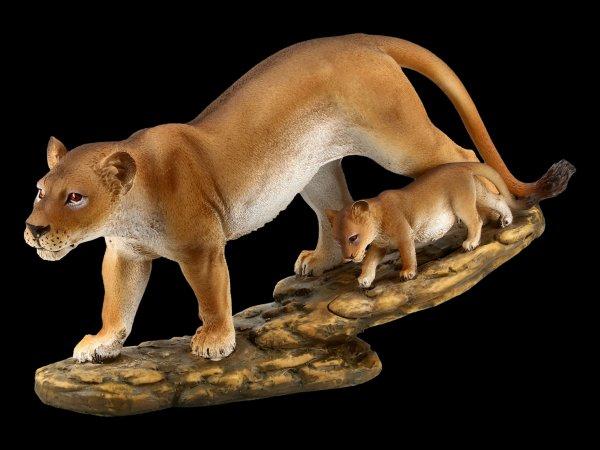 Löwen Figur mit Jungem auf Wanderschaft