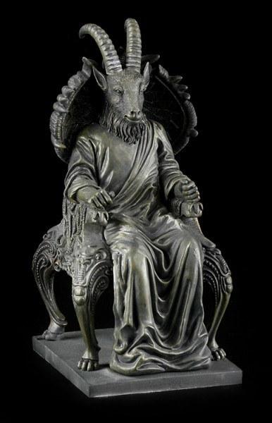 Satan Figur in Ziegengestalt sitzt auf Thron