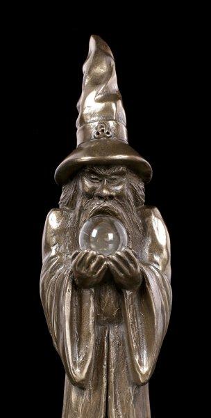 Zauberer Figur hält Kristallkugel
