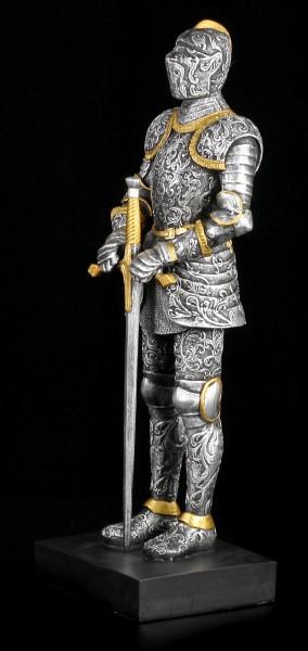 Große Ritter Figur stützt sich auf Schwert