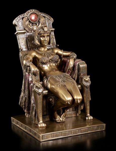 Kleopatra Figur sitzt gemütlich auf Thron