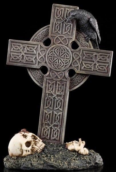 Großes keltisches Kreuz mit Rabe und Totenkopf