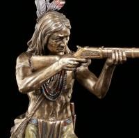 Indianer Figur - Krieger zielt mit Gewehr