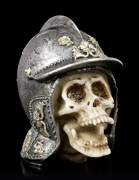 Kleiner Totenkopf im Ritterhelm