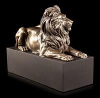 Löwen Figur auf schwarzem Monolith