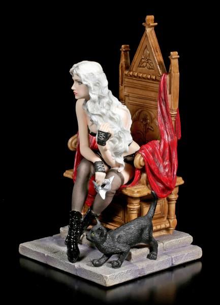 Vampirin Figur auf Thron mit schwarzer Katze