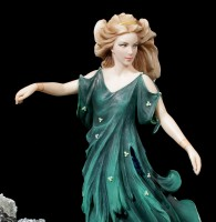 Frauen Figur schmeißt Fesseln ins Meer - Dechainee