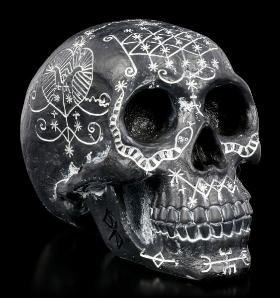 Totenkopf mit mystischen Symbolen - schwarz