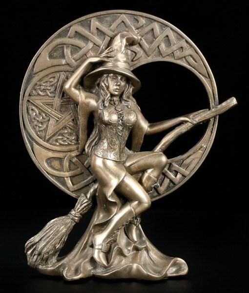 Hexen Figur - mit Besen vor keltischem Mond