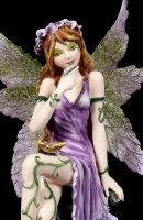 Fee Violetta mit Schmetterling am Bein