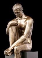 Männliche Akt Figur - Sitzend auf Monolith