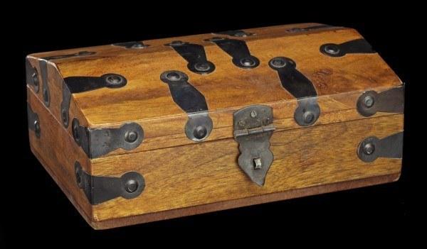 Mittelalterliche Holz Truhe - mit Ovalen Metallbeschlägen