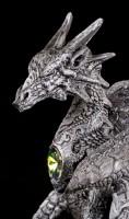 Schwarze Drachen Figur beschützt Kristall