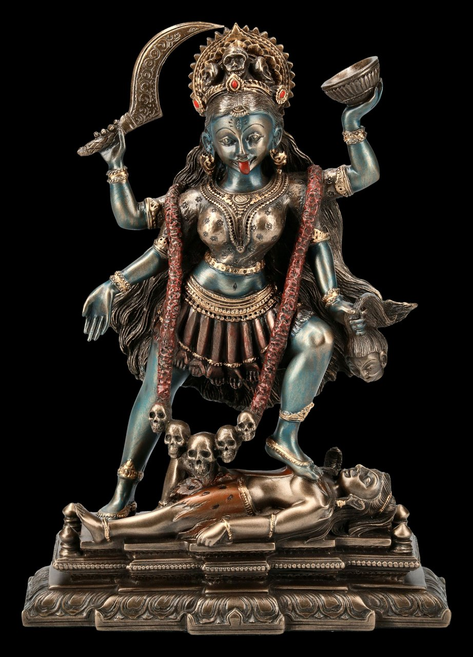 Kali Figur tanzt auf Shiva