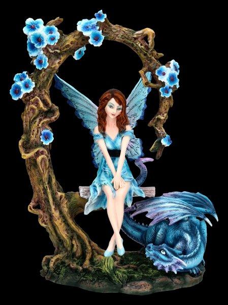 Elfen Figur auf Schaukel mit blauen Drachen