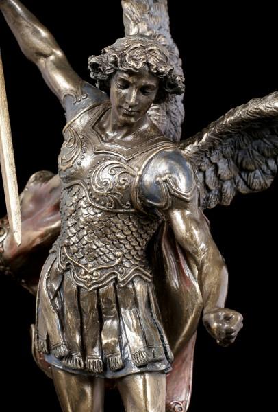 Erzengel Michael Figur besiegt den Teufel