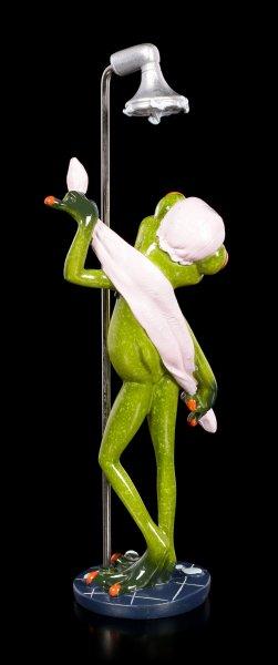 Lustige Frosch Figur beim Duschen