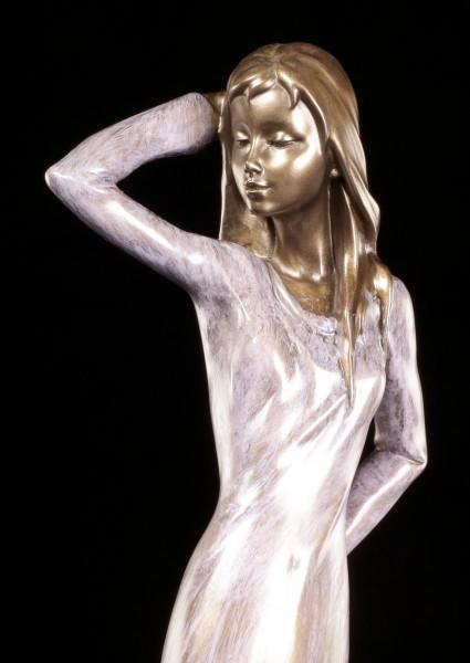 Frauen Figur - Lady mit Hand auf Kopf