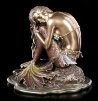 Meerjungfrau Figur sitzt auf Stein