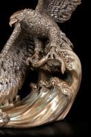 Adler Figur schnappt Fisch aus dem Wasser
