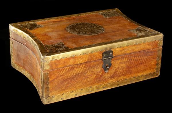 Mittelalterliche Holzbox mit geschwungenen Seiten