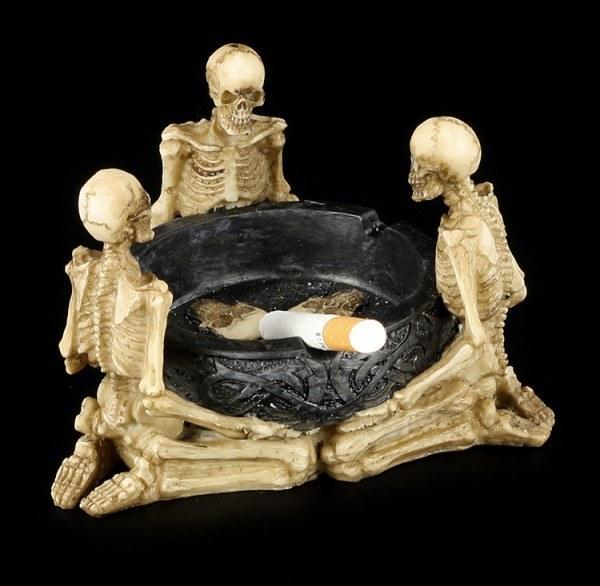 Aschenbecher mit Skeletten