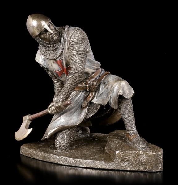 Tempelritter Figur schwingt Kriegsaxt