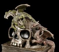 Drachen mit Totenkopf auf Büchern