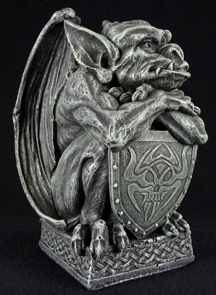 Gargoyle stützt sich auf Schild