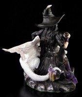 Hexe Nocturna mit weißem Drachen