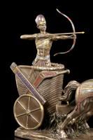 Ägyptische Ramses Figur im Streitwagen