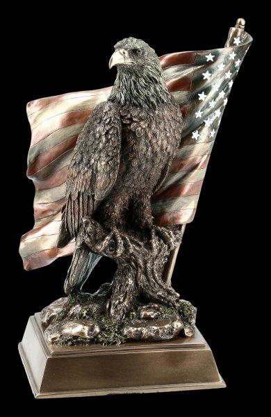 Adler Figur sitzt vor US Flagge