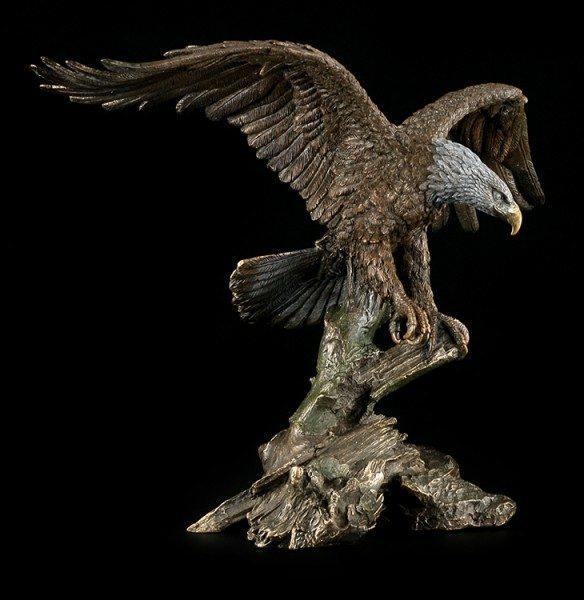Große Adler Figur landet auf Ast