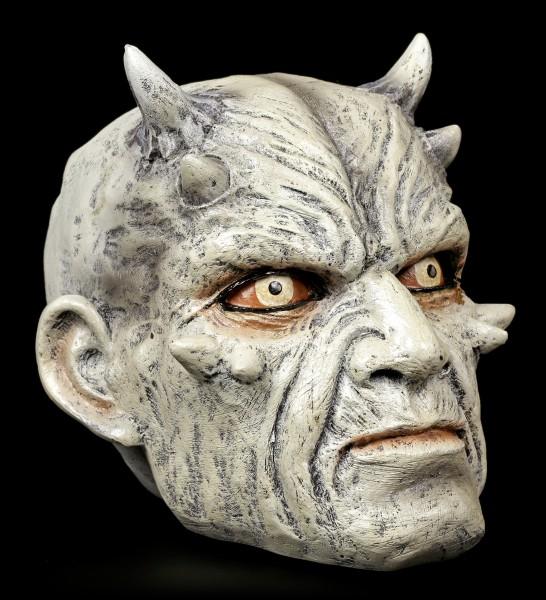 Grauer Teufelsschädel mit dämonischem Blick