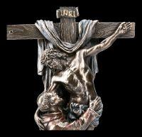Jesus Figur am Kreuz mit Heiligem Franziskus