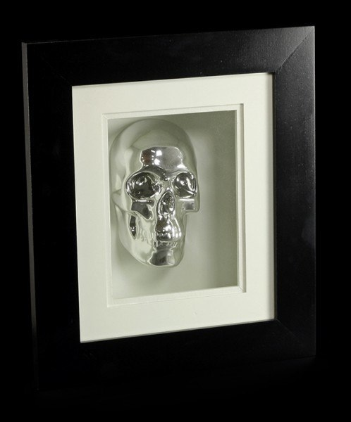 Silberner Totenkopf im Rahmen